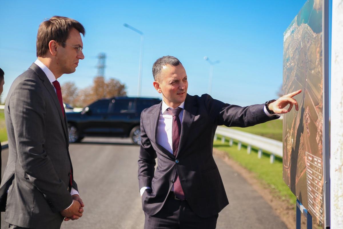 Министр инфраструктуры Владимир Омелян (слева) и Юрий Голик во время осмотра капитального ремонта окружной дороги вокруг Днепра