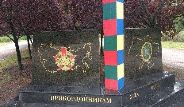 Дождавшись ухода людей, бабушка взобралась на постамент и разрисовала памятник / фото: Новости N