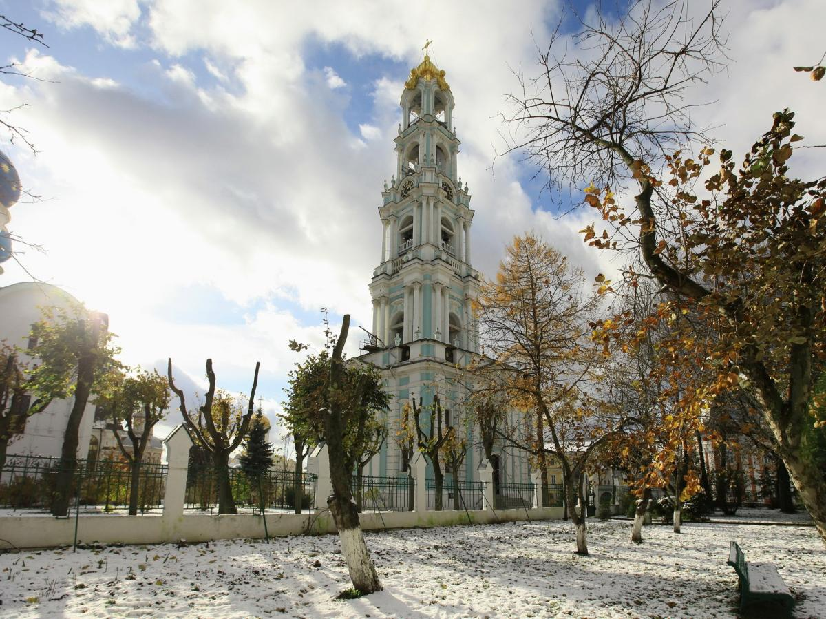 Вид на дзвіницю лаври з боку Академічного саду / stsl.ru