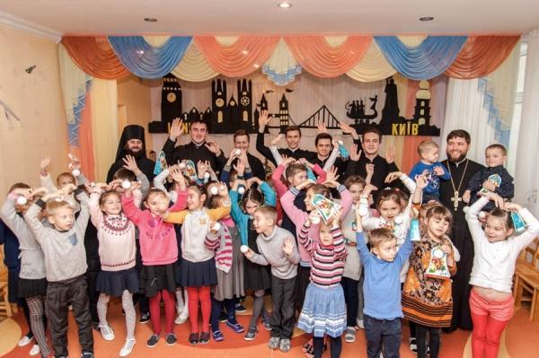 В Киево-Печерской лавре собирают подарки детям-сиротам / foma.in.ua
