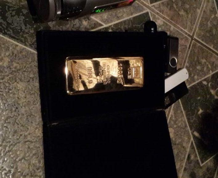 В ходе обыска также нашли килограммовый слиток золота / фото facebook.com/SecurSerUkraine