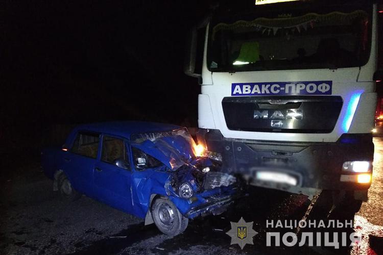На Тернопільщині нетверезий водій ВАЗу після зіткнення з вантажівкою потрапив в реанімацію / фото Нацполіція