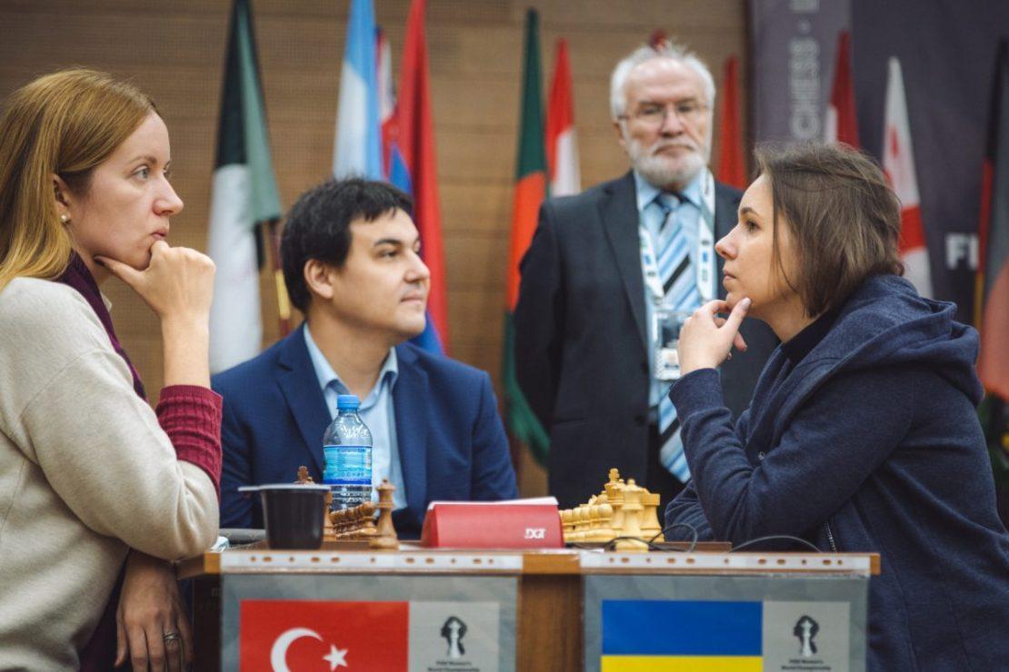 Мария Музычук (справа) вышла в третий круг ЧМ-2018 после победы на тай-брейке / ugra2018.fide.com