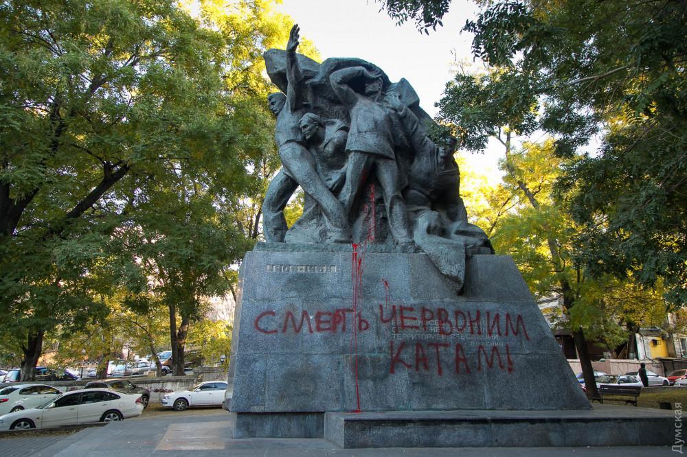 В Одессе вандалы расписали краской памятник потемкинцам / фото Думская