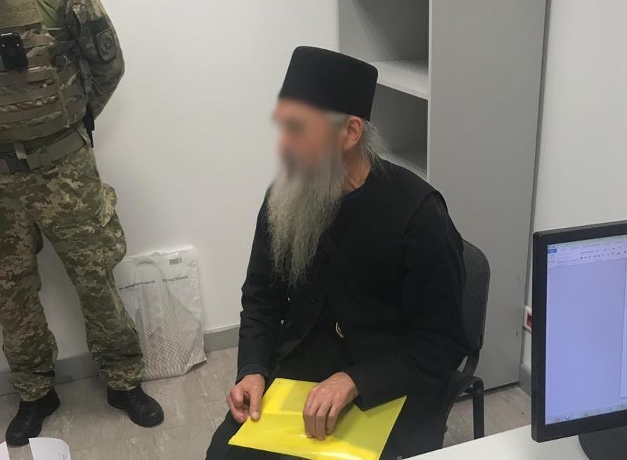 """В аеропорту """"Бориспіль"""" затримали священика з Афону з підробним паспортом / фото ДПСУ"""