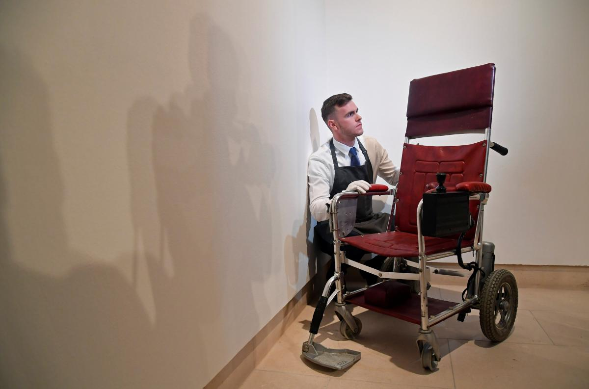 Кресло Стивена Хокинга продали нааукционе практически  за 400 тыс.  долларов