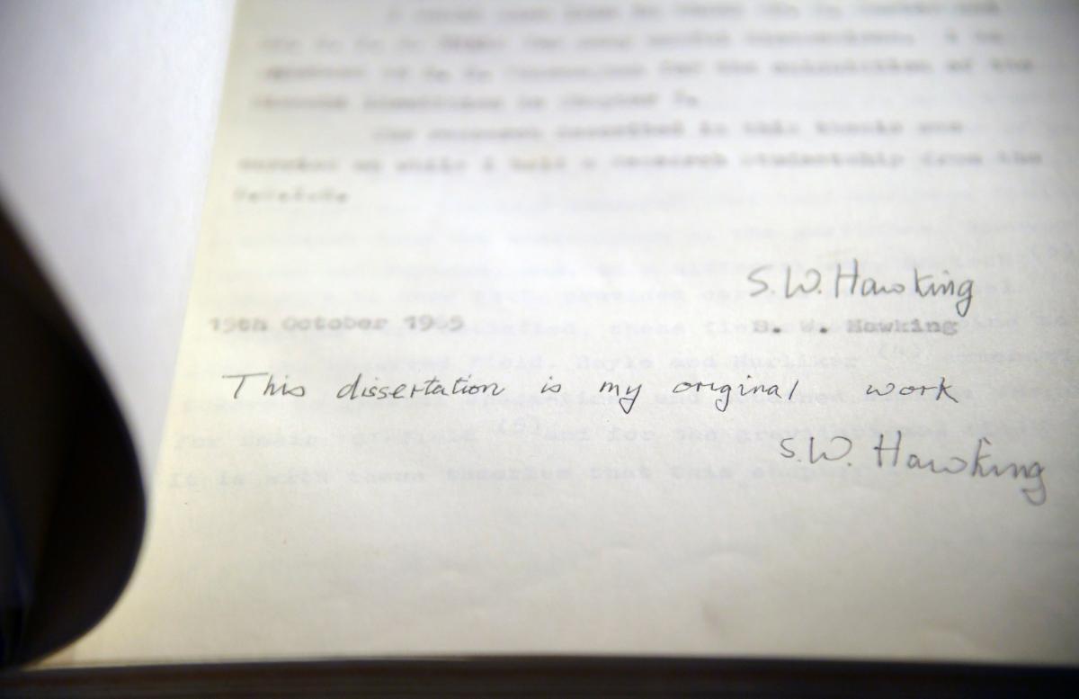Одна з п'яти відомих копій дисертації Хокінга 1965 року / REUTERS