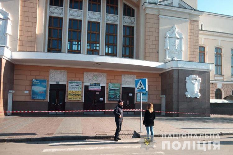 У Тернополі внаслідок неправдивої інформації про замінування двох вокзалів було евакуйовано 500 осіб