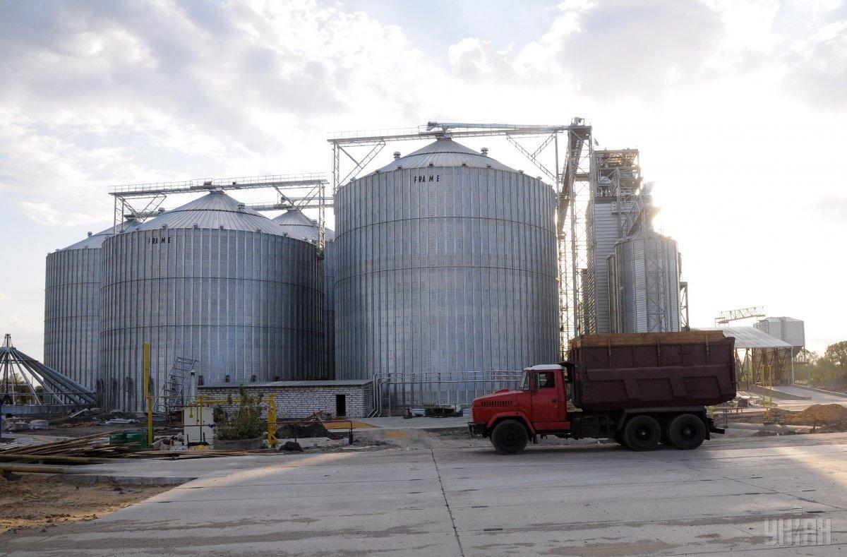 Встановленена найбільшому в Україні елеваторі обладнання дозволяє визначити якість зерна за одну хвилину / фото УНІАН