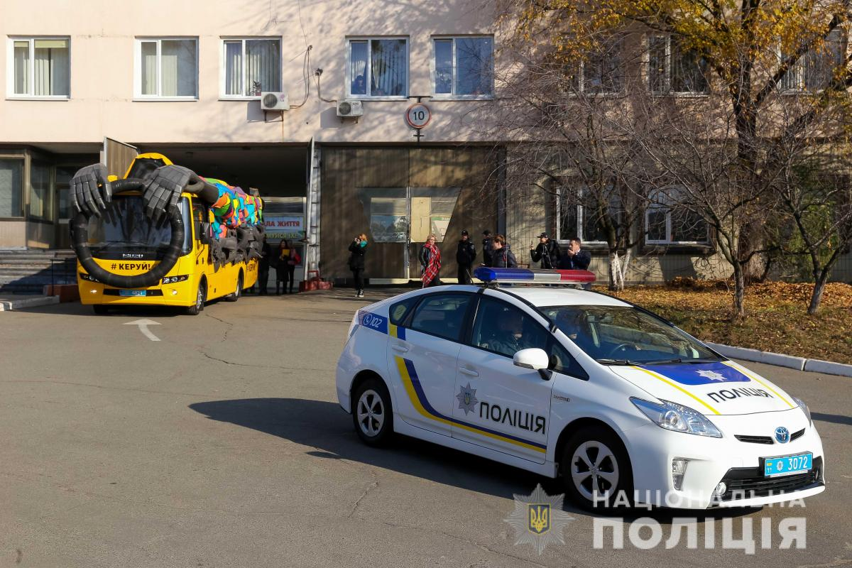 Автобус специально оборудован таким образом, чтобы создавалось впечатление, будто за рулем никого нет / фото Нацполиция