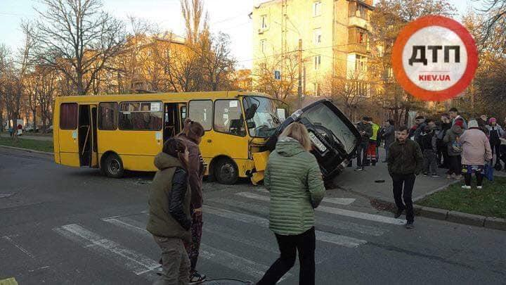 В Киеве маршрутка столкнулась с джипом / фото dtp.kiev.ua