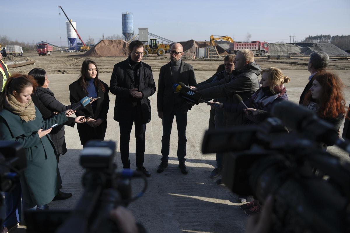 Яценюк побывал на заводе, построенном на участке реконструкции автомобильной дороги Киев-Чоп возле Житомира / nfront.org.ua