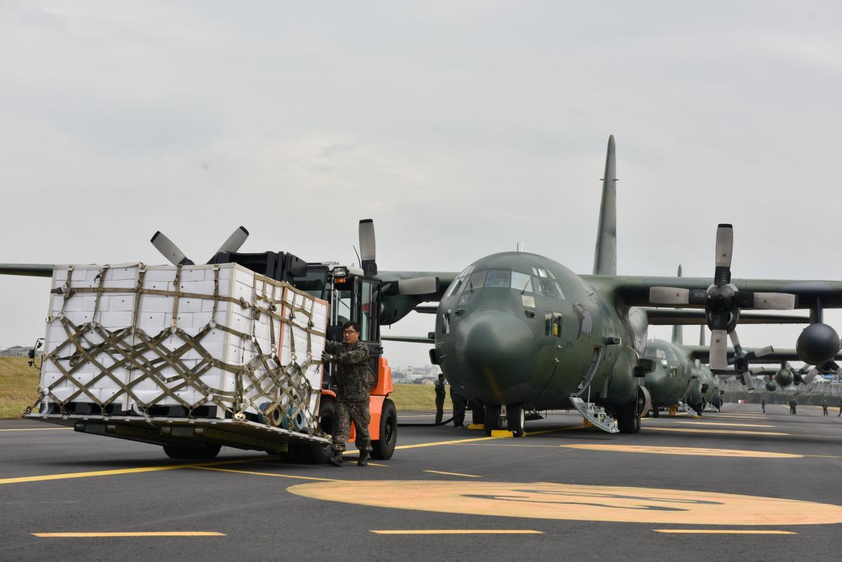 Фрукты будут перевозить на самолетах в 20 тысячах ящиков / REUTERS