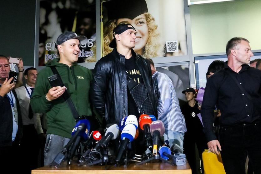 Усик повернувся в Київ після перемоги над Белл / K2 Promotions