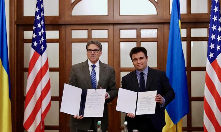 Rick Perry (left) and Pavlo Klimkin (right) at an official signing ceremony / ua.usembassy.gov