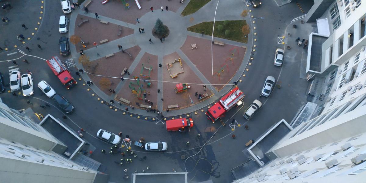 Спасатели эвакуировали из дома 40 человек / Фото ГСЧС Киев