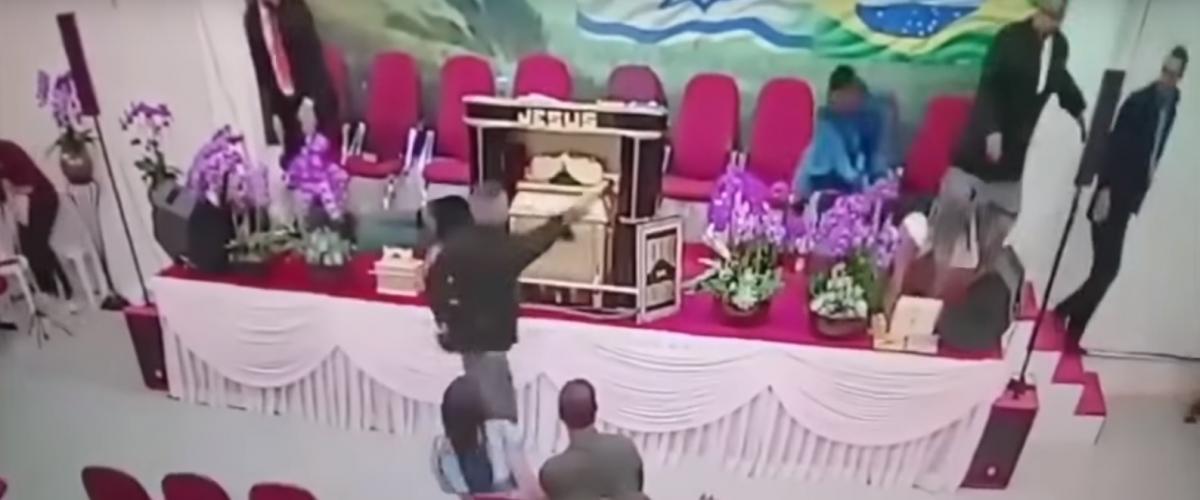 Чоловік влаштував стрілянину під час богослужіння / скрін з відео