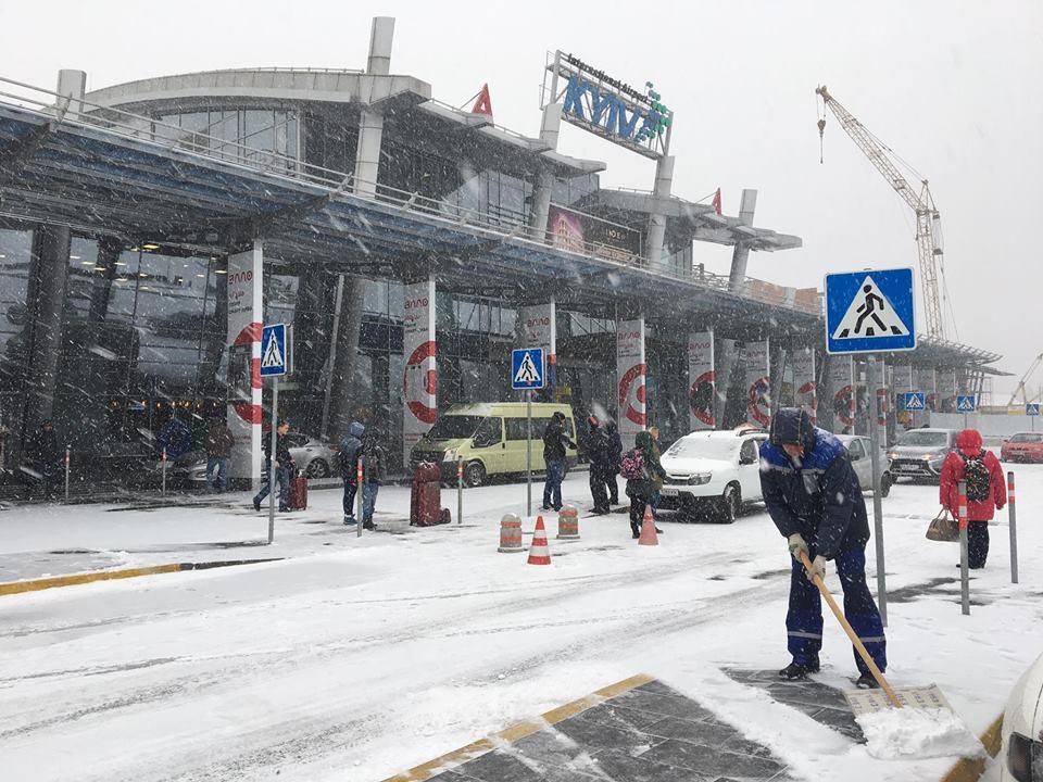 В аэропорту «Жуляны» пограничники не пропустили в Украину россиянина, на чемодане которого была георгиевская лента / фото facebook.com/airportkiev/
