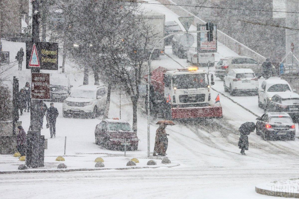"""Для розчищення снігу """"Укравтодор"""" залучив1169 одиниць техніки / фото УНІАН"""