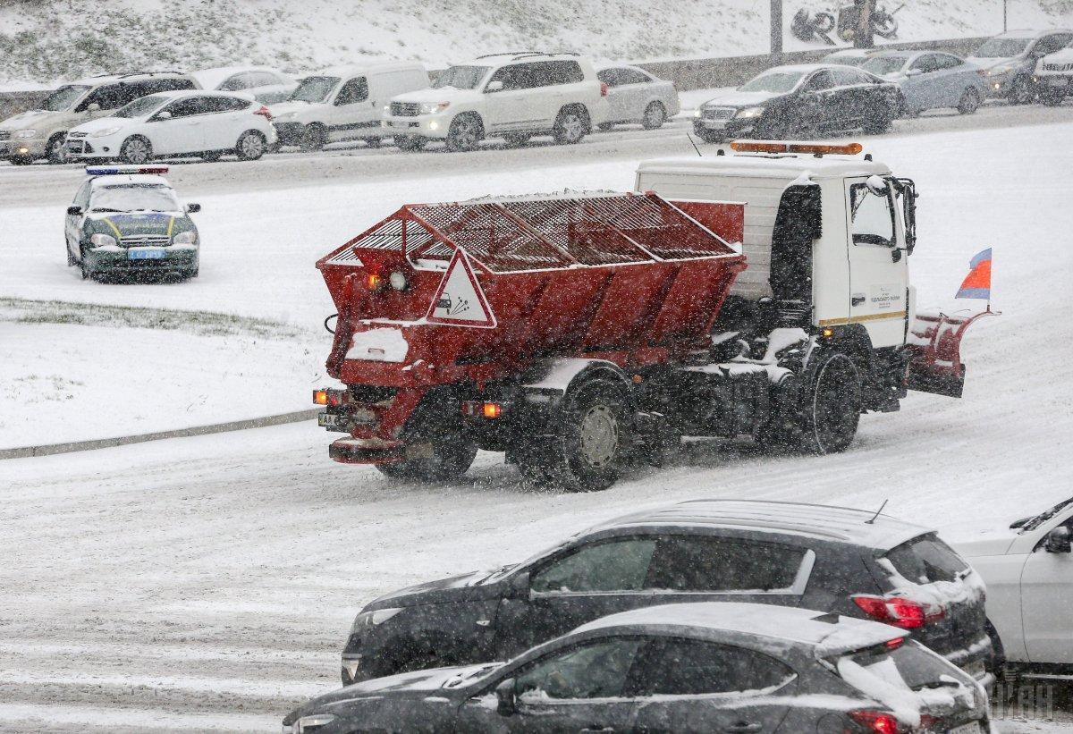 Уже с 15 октября часть снегоуборочной техники перейдет на круглосуточное дежурство / УНИАН