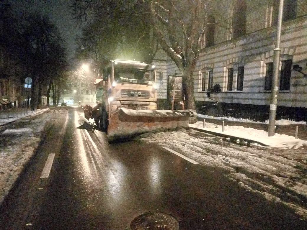 Вночі Київ прибирали від снігу 339 одиниць спецтехніки / kyivcity.gov.ua