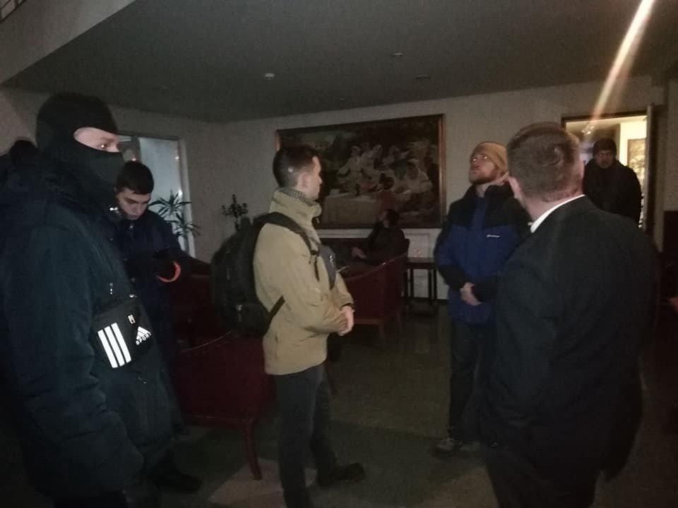 """Опубликованы фото, где около 10 человек находятся в холе отеля и рассматривают картины на стенах / """"056"""""""