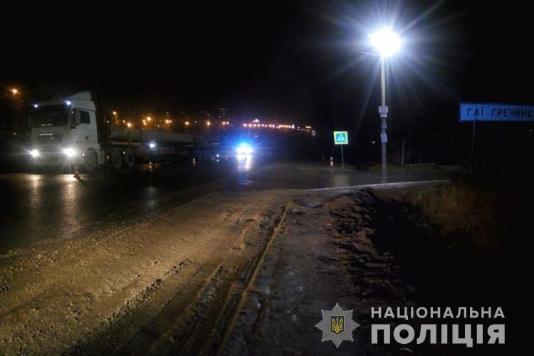 На Тернопільщині вантажівки травмували двох пішоходів / фото Нацполіція