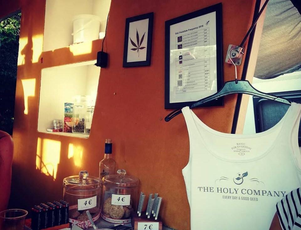 Помимо еды, напитков и одежды на фестивале легально можно было купить довольно необычную продукцию / Фото Марина Григоренко