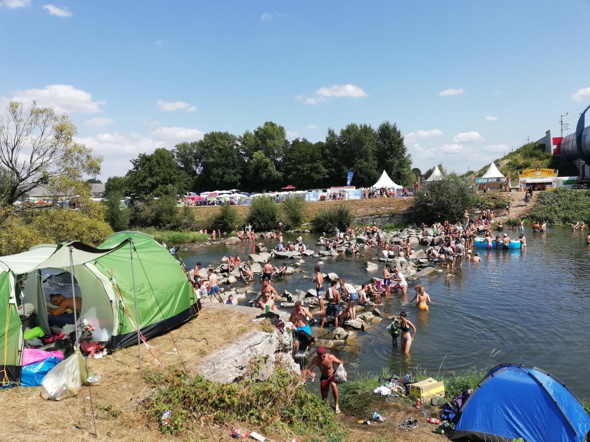 Река в зоне кемпинга особо полюбилась посетителям жарким летом / Фото Марина Григоренко