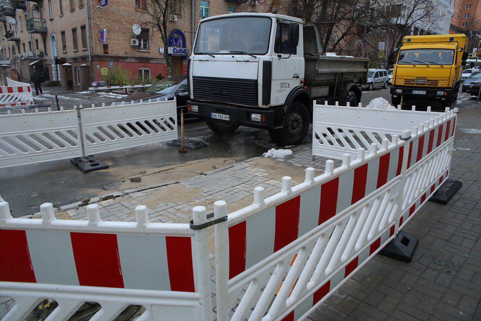 «Киевтеплоэнерго» оперативно устраняет последствия прорыва теплосети на улице Деловой / kyivcity.gov.ua