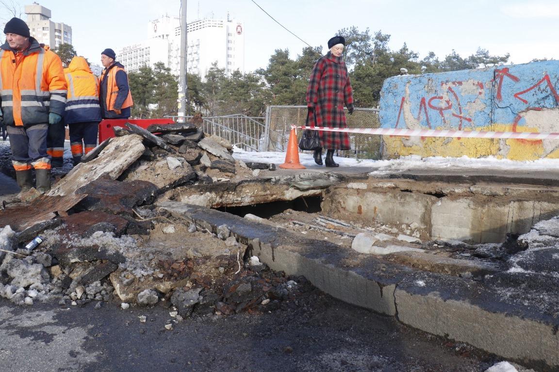 """Лопнувшую плиту и яму на тротуаре обнаружили еще около 8:00 / """"Информатор"""""""