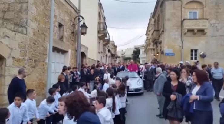 На Мальте священник проехался на Porsche, запряженном детьми / glavred.info