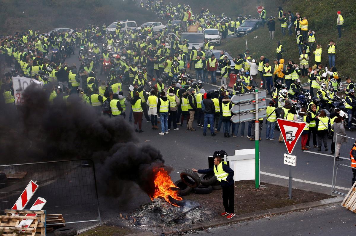 Участники акции в желтых жилетах / REUTERS