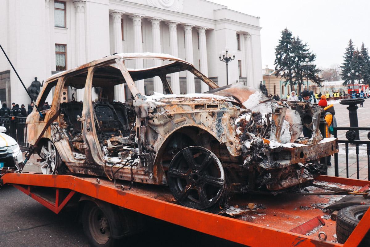 """""""Евробляхеры"""" привезли под ВР сгоревший Range Rover Ярошевича / фото Александр Калинчук / Информатор"""