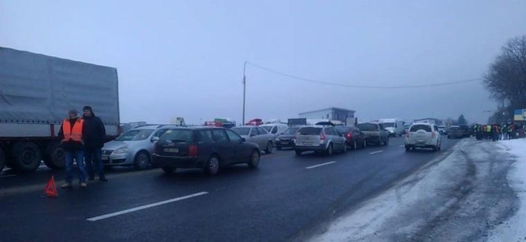 Вдоль своих автомобилей протестанты поставили конструкции из шин фото vision.ternopil.ua