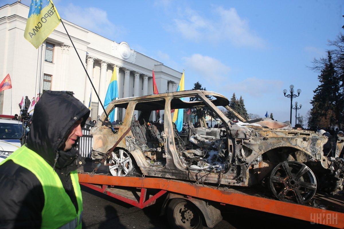 """""""Евробляхеры"""" привезли под ВР сгоревший Range Rover Ярошевича / фото УНИАН"""