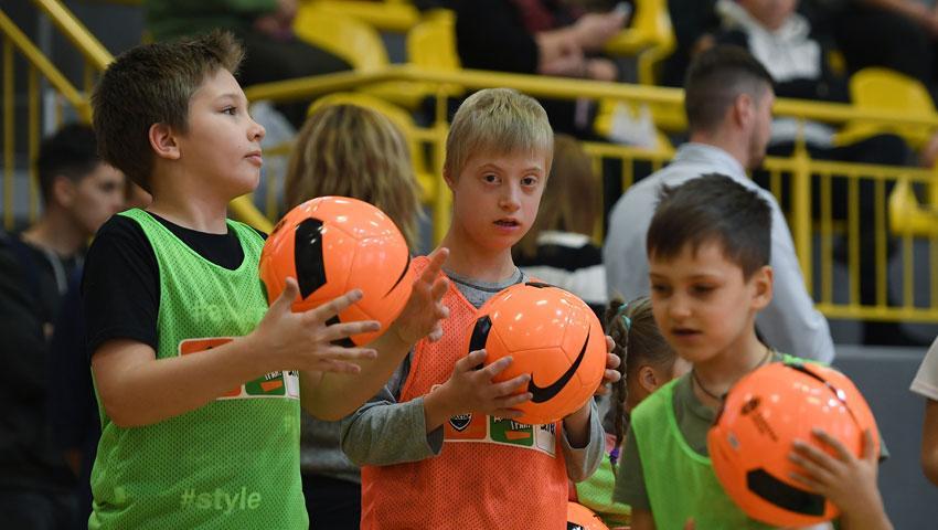 Шахтер организовал тренировки для детей с инвалидностью в Киеве / shakhtar.com