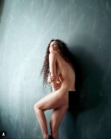 Певица позирует возле стены / Instagram Никита Люлько