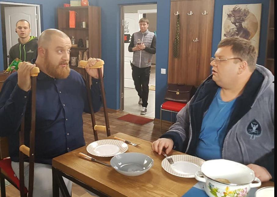 Травмированный в ДТП актер ''Дизель Шоу'' вернулся к съемкам / фото facebook.com/dizelstudio