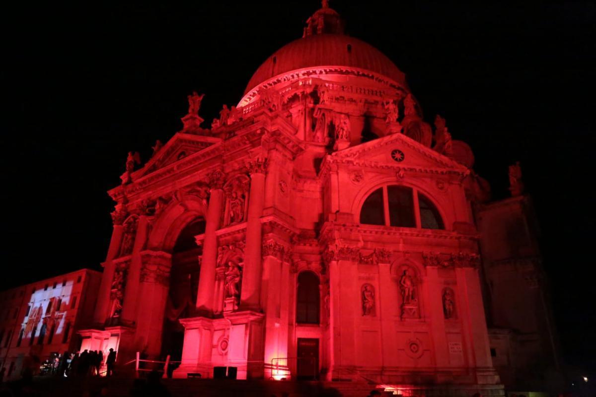 У Венеції базиліку пофарбували в червоний / live.comune.venezia.it