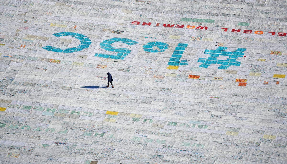 100 000 открыток с посланиями против изменения климата, отправленных молодыми людьми со всего мира и склеенных вместе, чтобы побить мировой рекорд Гиннеса / REUTERS
