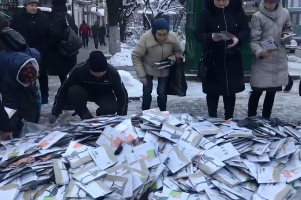 В Черновцах торговали колготками прямо на брусчатке / скрин видео
