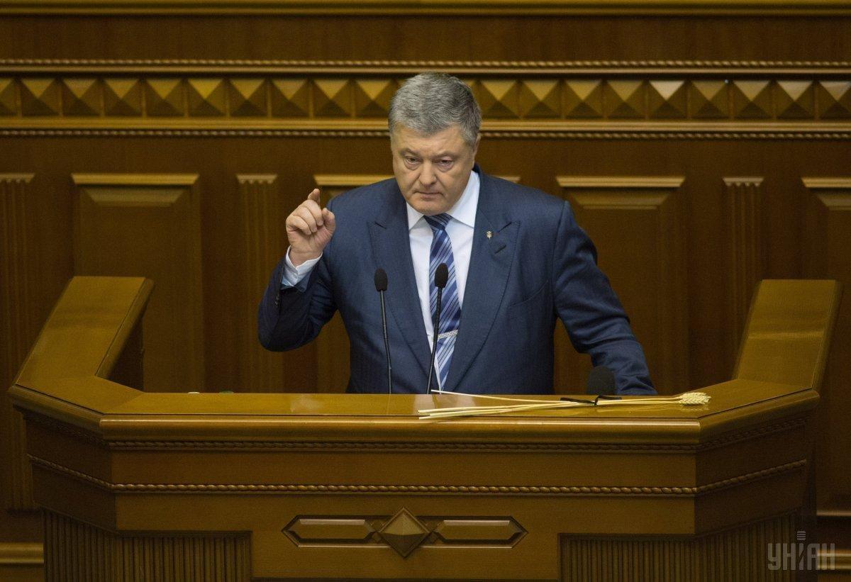 Порошенко призвал народных депутатов в понедельник прибыть в Киев для участия в заседании по введению военного положения / УНИАН