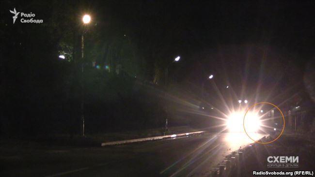 Авто из кортежа Медведчука покинуло поместье Порошенко, пока другое авто мешало журналистам снимать / фото radiosvoboda.org