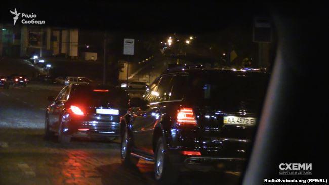 В 17:40 кортеж из двух мерседесов выехал из арки, ведущей к Администрации / фото radiosvoboda.org