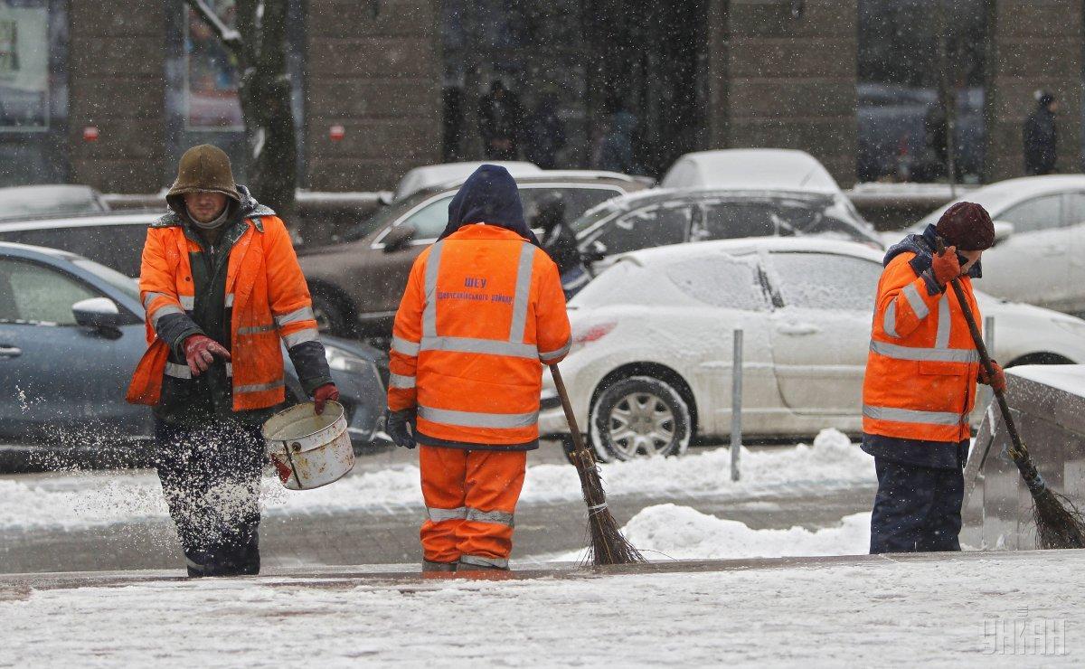 Киевские коммунальщики устроили потасовку прямо посреди улицы / фото УНИАН