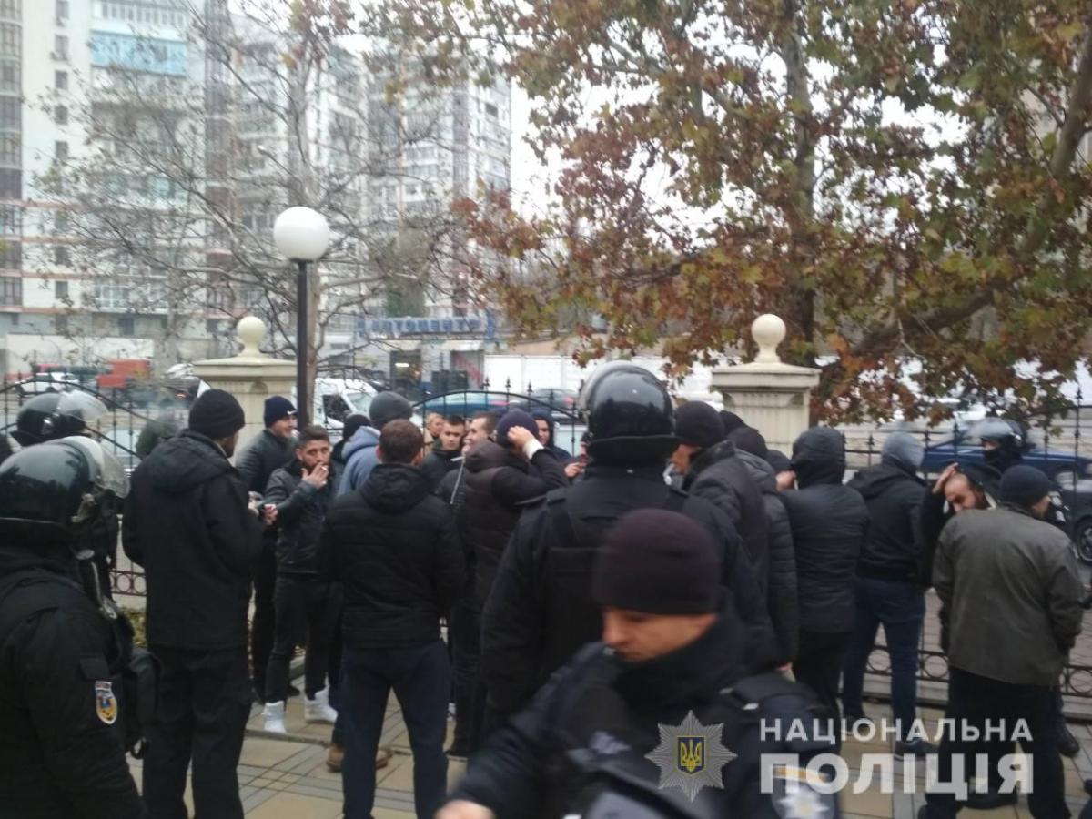Полицейские устанавливают обстоятельства конфликта возле суда / фото od.npu.gov.ua