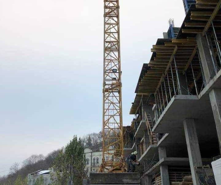 На Андреевском спуске демонтируют незаконный строительный кран / фото КГГА