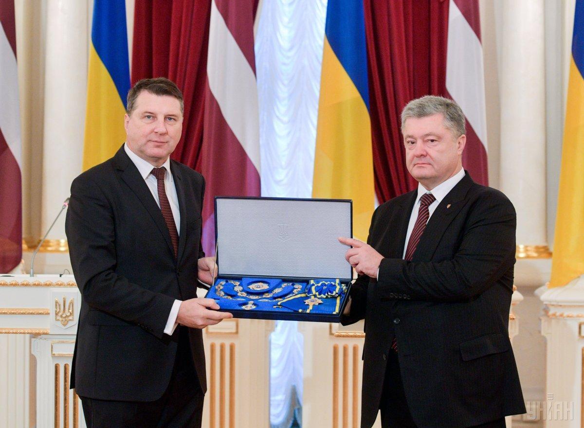 Петр Порошенко вручил орден Ярослава Мудрого президенту Латвии / фото УНИАН