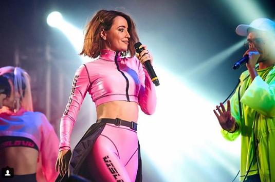 На фото співачка зображена в яскраво-рожевому обтягуючому костюмі / Instagram Надя Дорофєєва